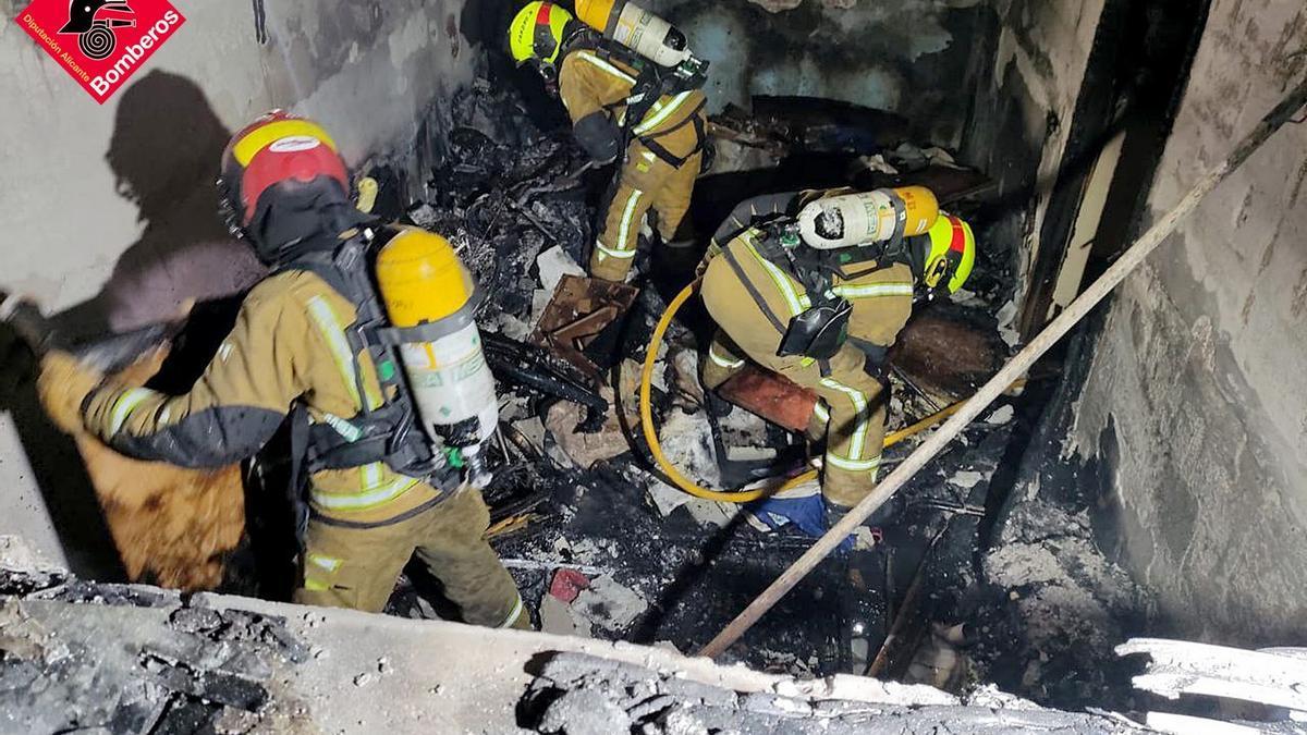 Los bomberos sofocan los últimos rescoldos del incendio