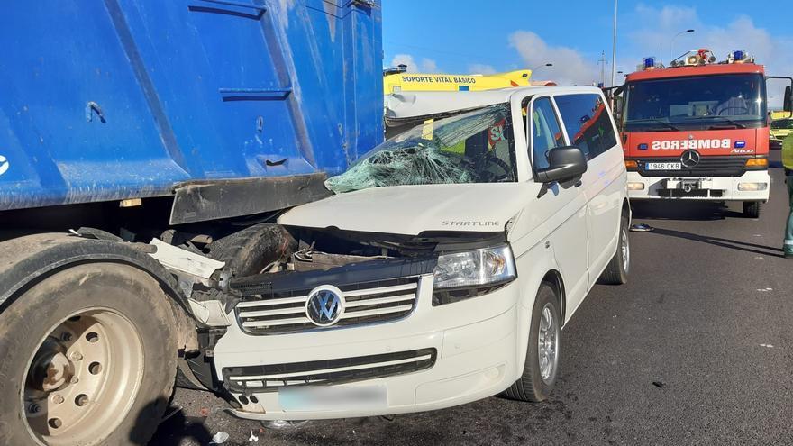 Grave tras chocar su furgoneta contra la parte trasera de un camión en la TF-5