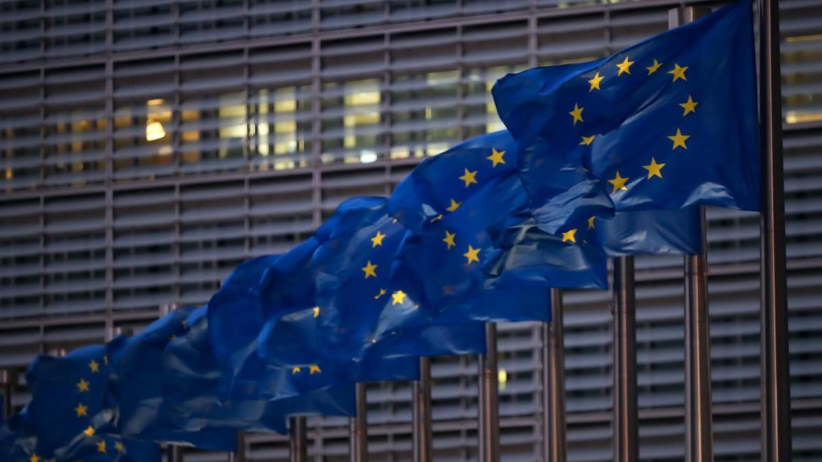 Banderas de la UE junto a la Comisión Europea.