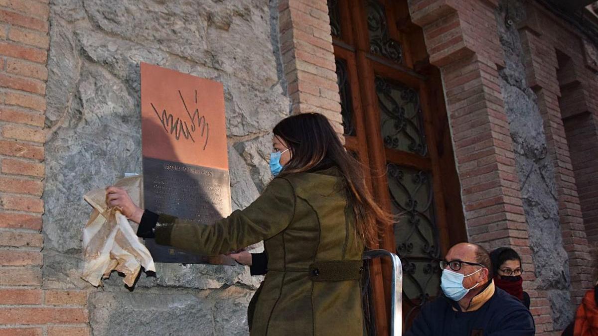L'alcaldessa de Berga, Montse Venturós, descobreix la placa al costat del domicili de De Martín