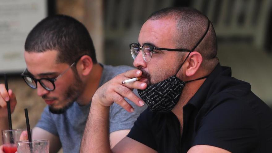 Castilla y León prohíbe fumar en las terrazas y el consumo en las barras de los bares