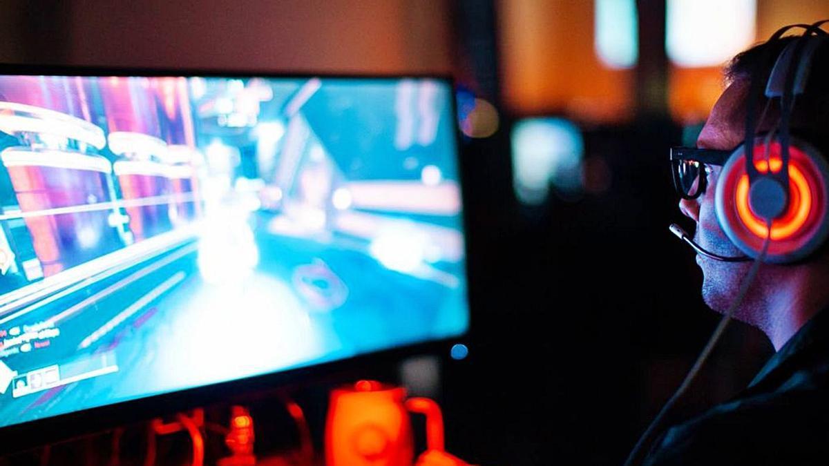 Un home jugant a videojocs.