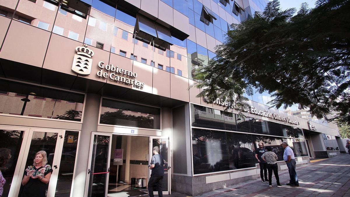 Edificio ocupado por la Consejería de Educación y por la Agencia Tributaria Canaria, situado en Santa Cruz.