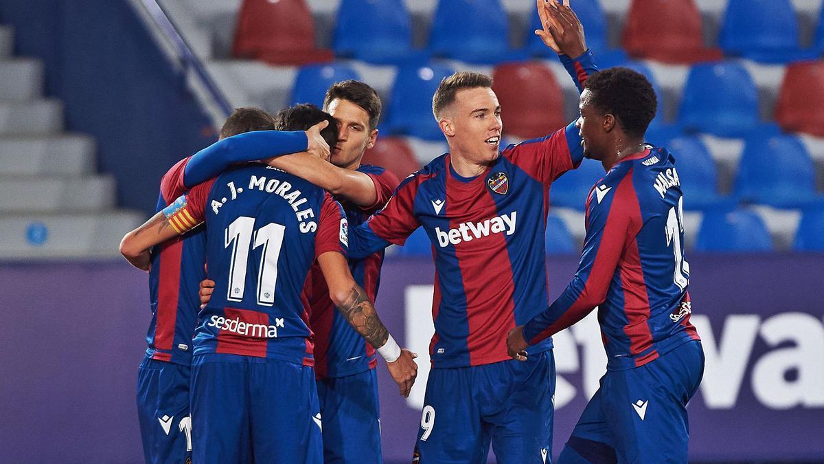 El Levante UD celebra uno de los dos goles de Morales, anoche.  e.press