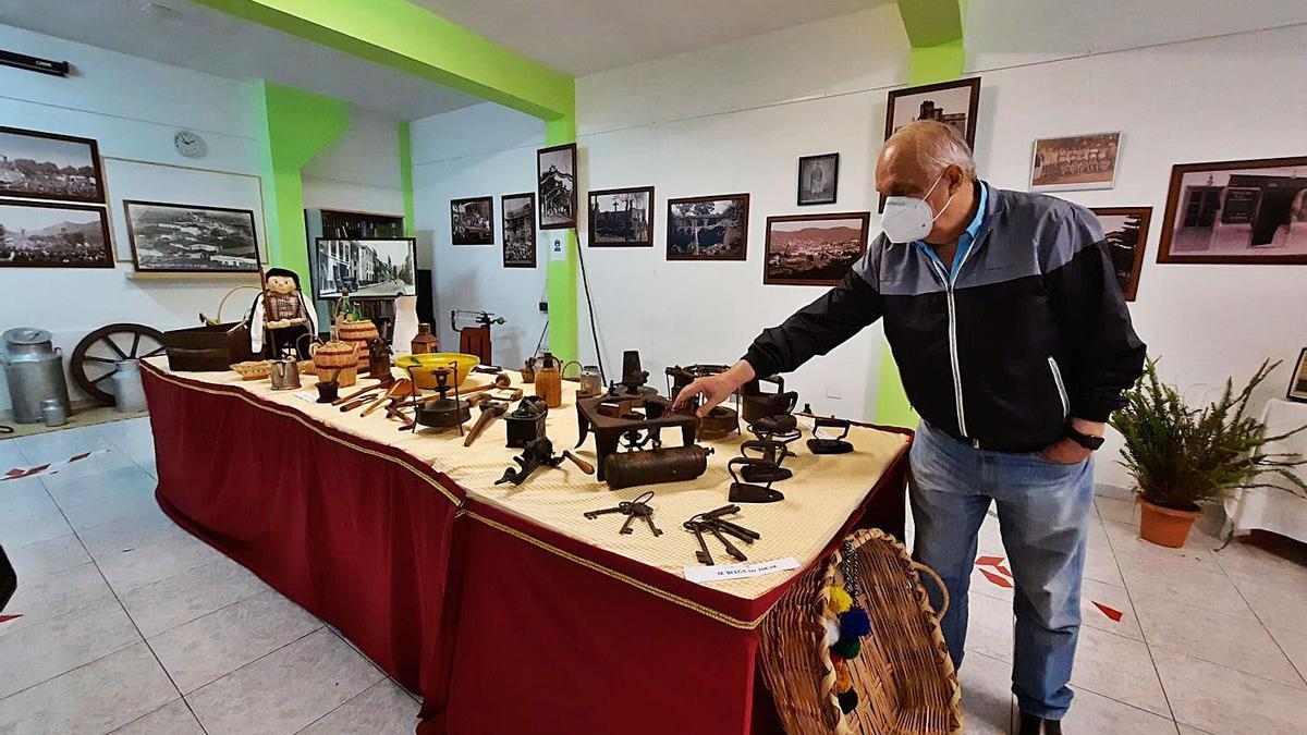 Roberto Marrero, junto a los objetos de la exposición.