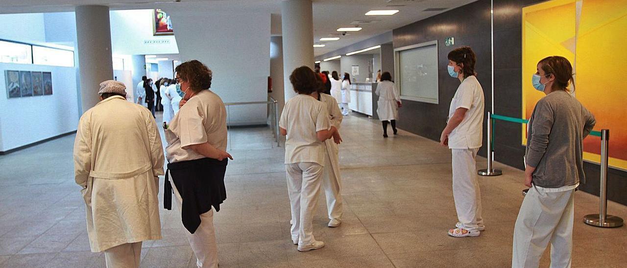 Personal sanitario en el Hospital de Ourense.