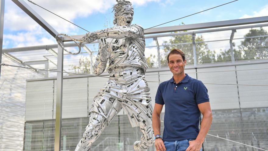 Rafa Nadal descubre su estatua en Roland Garros