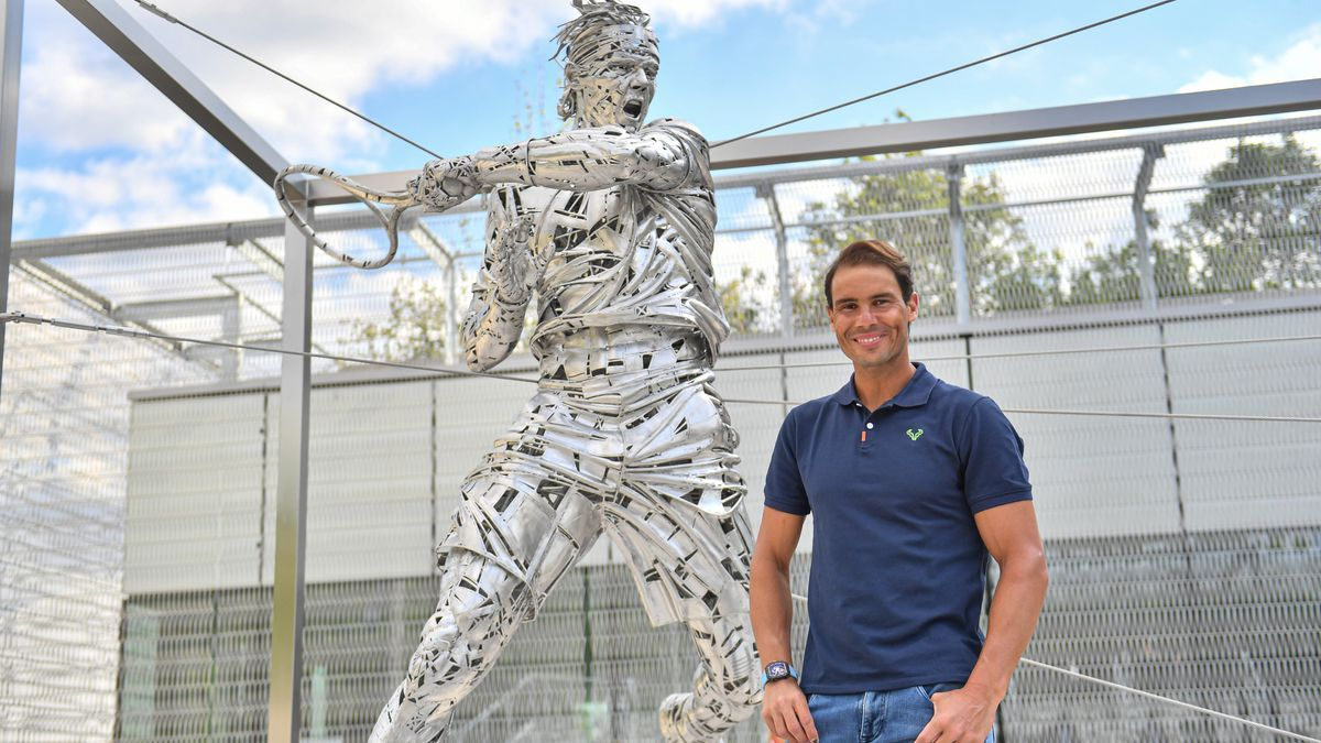 Rafa Nadal posa junto a su estatua en Roland Garros