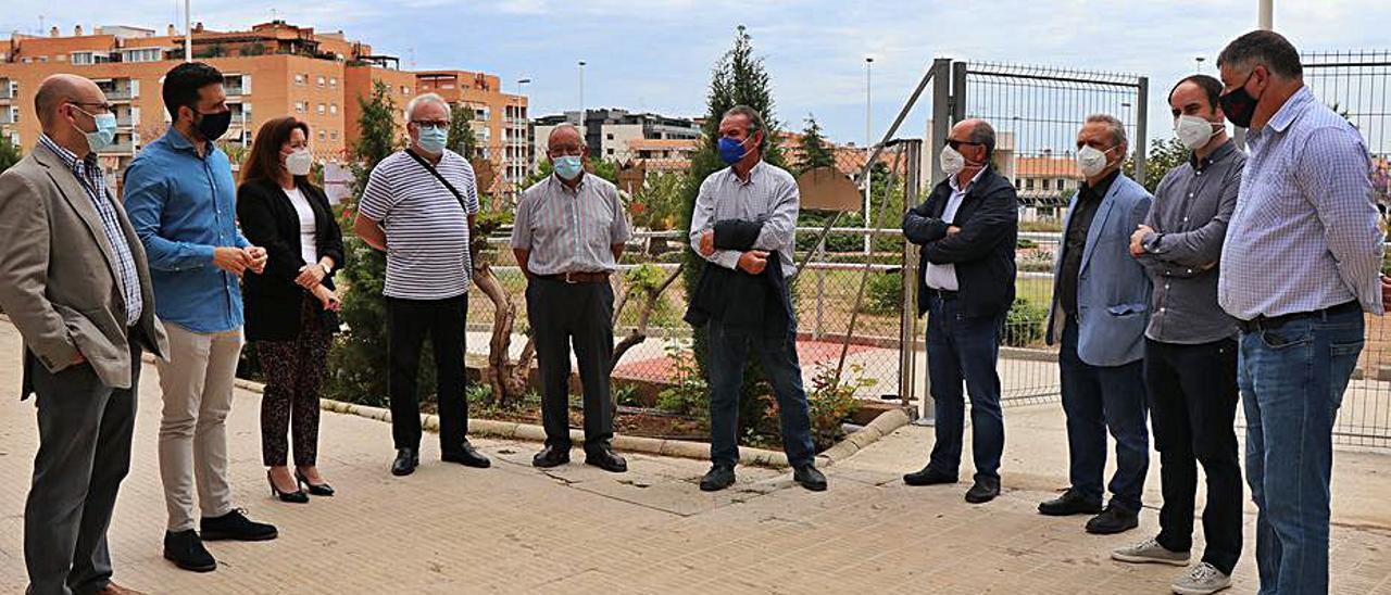 El alcalde y ediles, al visitar el lugar. | LEVANTE-EMV