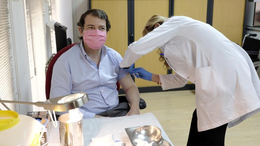 """Mañueco destaca el """"buen avance"""" en la vacunación, que se aproxima a los dos millones de dosis inoculadas"""