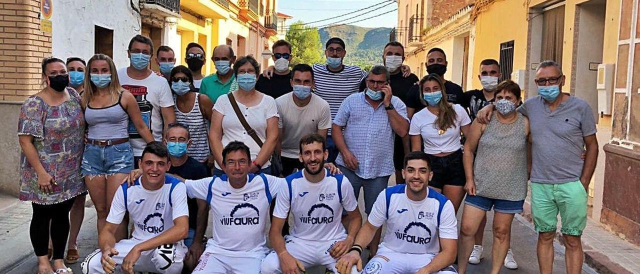 Los jugadores del Faura con los seguidores, después de la partida jugada en la calle de Quart.