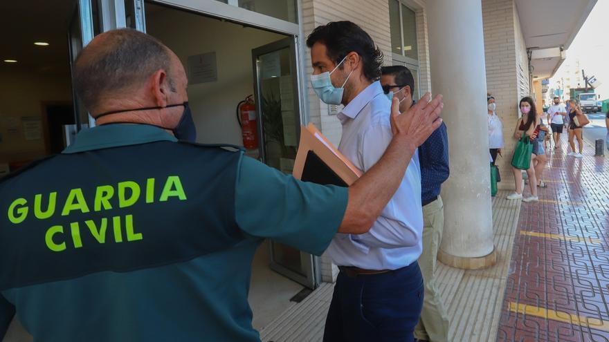 Llegada de Eduardo Dolón a los juzgados de Torrevieja acompañado de su jefe de prensa