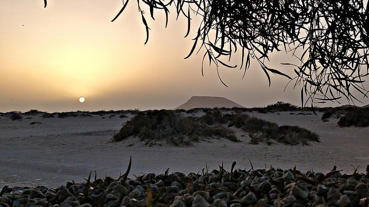 Puesta de sol con calima en la zona de Montaña Amarilla en La Graciosa, ayer, viernes.