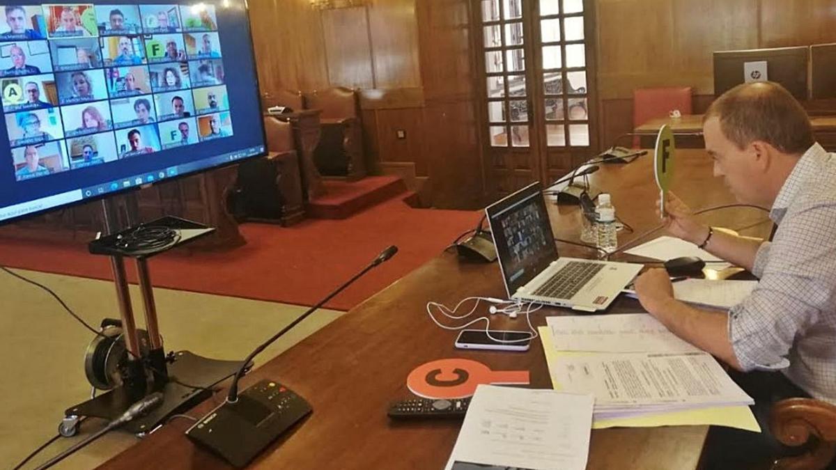 El presidente de la Diputación, Francisco José Requejo, sigue el Pleno por vía telemática.   Cedida