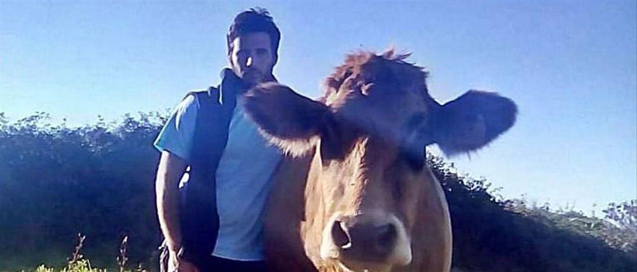 Daniel Elola, con uno de sus animales, en los pastizales de Garaña. | E. S. R.