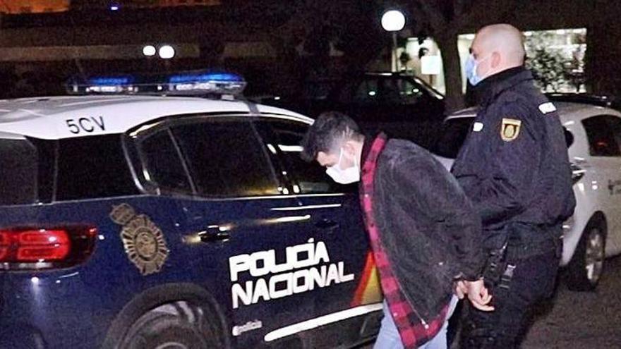 Apresado un ladrón en Alicante que usaba calcetines como guantes en sus golpes