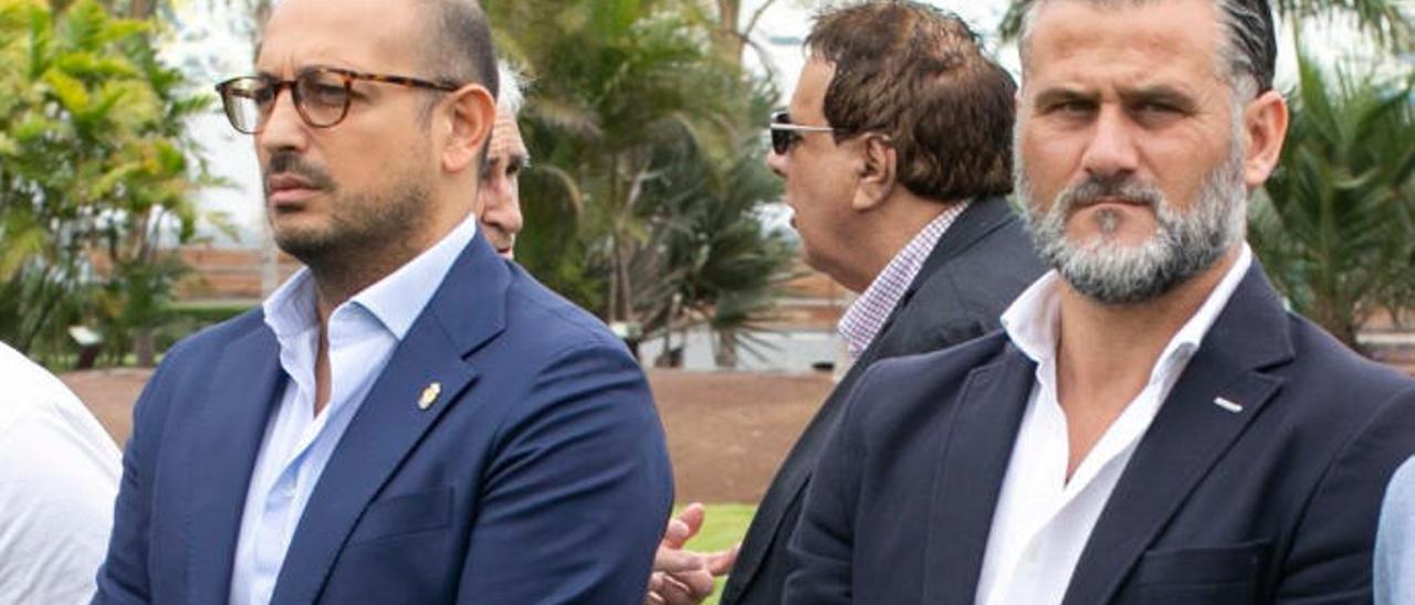 Rocco Maiorino (izquierda), director deportivo de la UD, y Toni Otero, secretario técnico, en el parque del Insular.