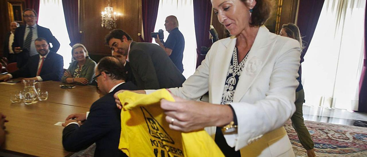"""La ministra de Industria, Reyes Maroto, con una camiseta de """"Alcoa no se cierra"""", con Adrián Barbón y Mariví Monteserín a la izquierda, en una imagen de agosto de 2019."""