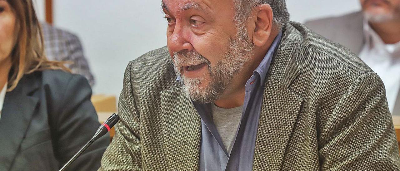 El portavoz del  grupo municipal socialista Andrés Navarro, en el pleno de Torrevieja.   TONY SEVILLA
