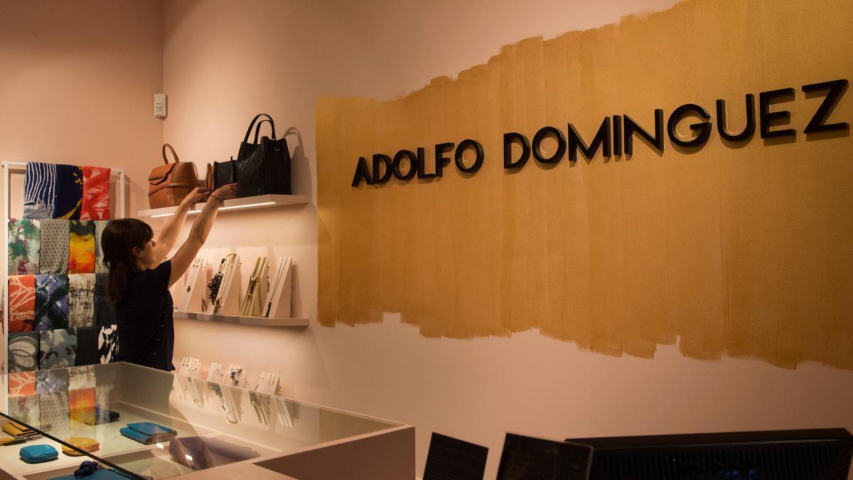Interior de una tienda de Adolfo Domínguez, en Vigo