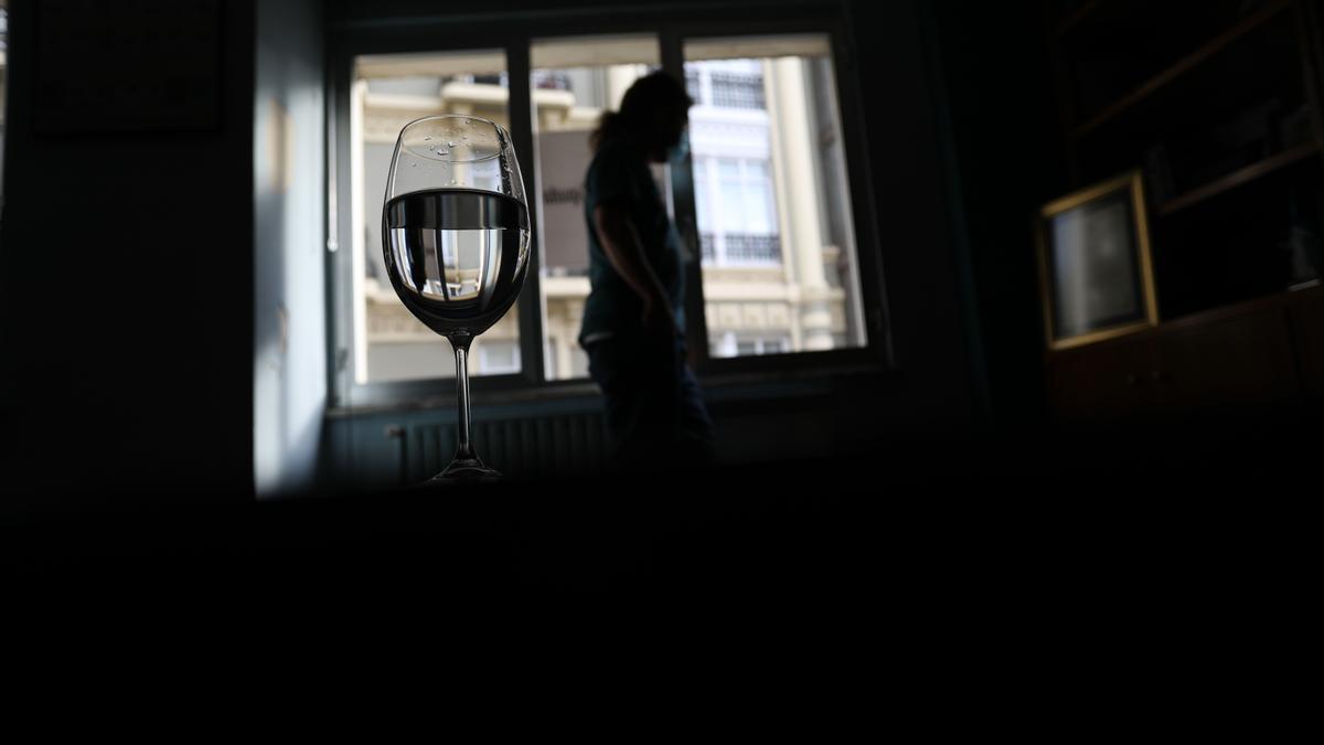 Una mujer, en su casa, durante el confinamiento de hace un año.