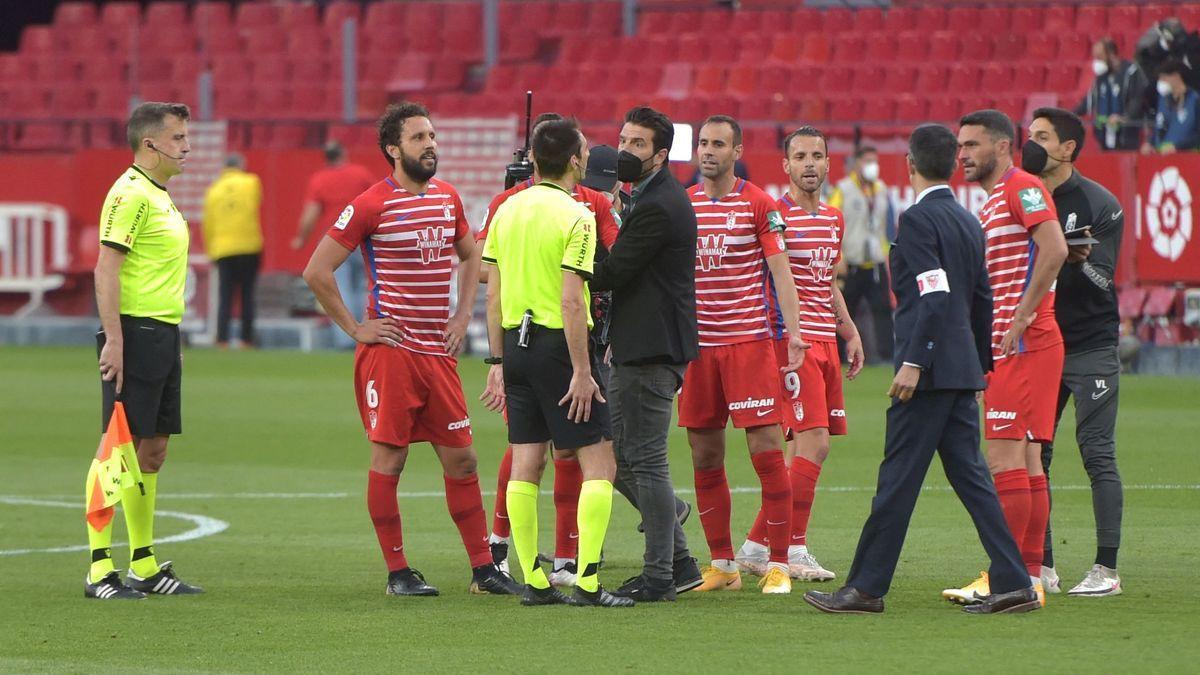 Los jugadores del Granada protestan al árbitro del partido. / AFP (CRISTINA QUICLER)