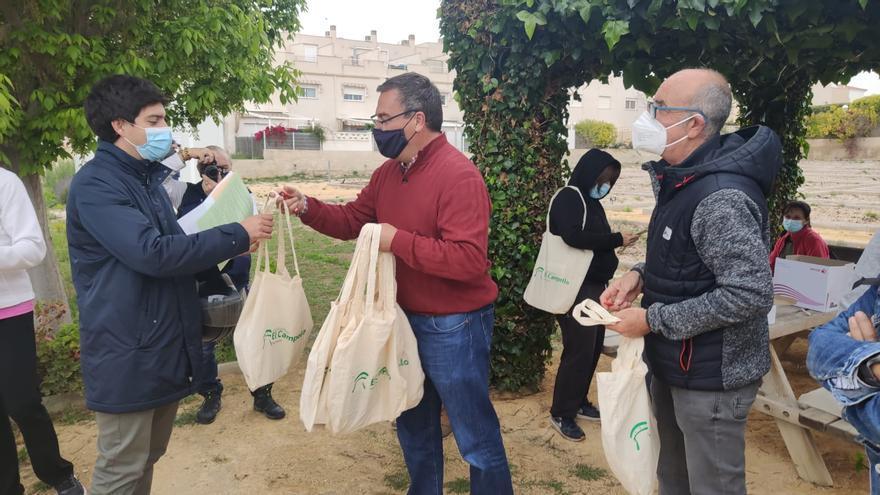 El Campello entrega 15 de las 47 parcelas adjudicadas del huerto urbano La Almadraba