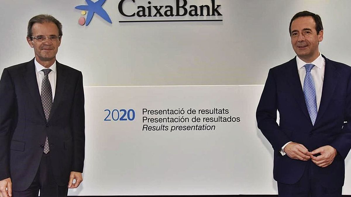 Jordi Gual y Gonzalo Gortázar, ayer, durante la presentación de resultados.    DAVID CAMPOS