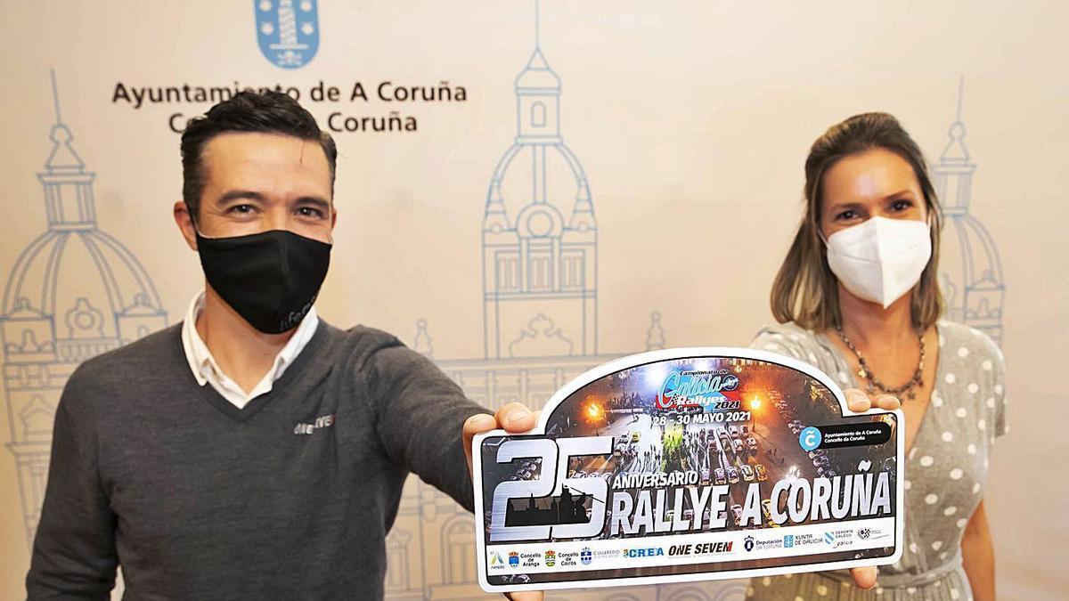 Álvaro Muñiz, de la escudería One Seve, y Mónica Martínez, concejal de Deportes. |  // LA OPINIÓN