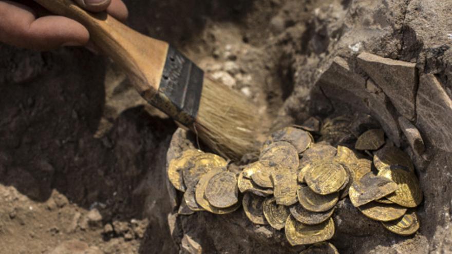 Investigadores hallan un tesoro de película en Israel con 425 monedas de oro