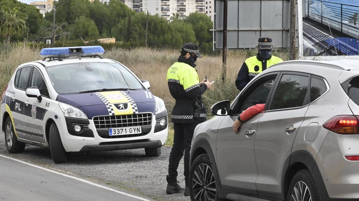 Imagen de un control policial para asegurar el cierre de Castelló en los fines de semana que estuvo confinado.