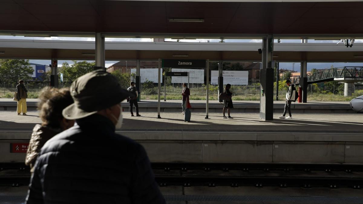 Viajeros en la estación de tren de Zamora, en el primer día con movilidad entre comunidades permitida