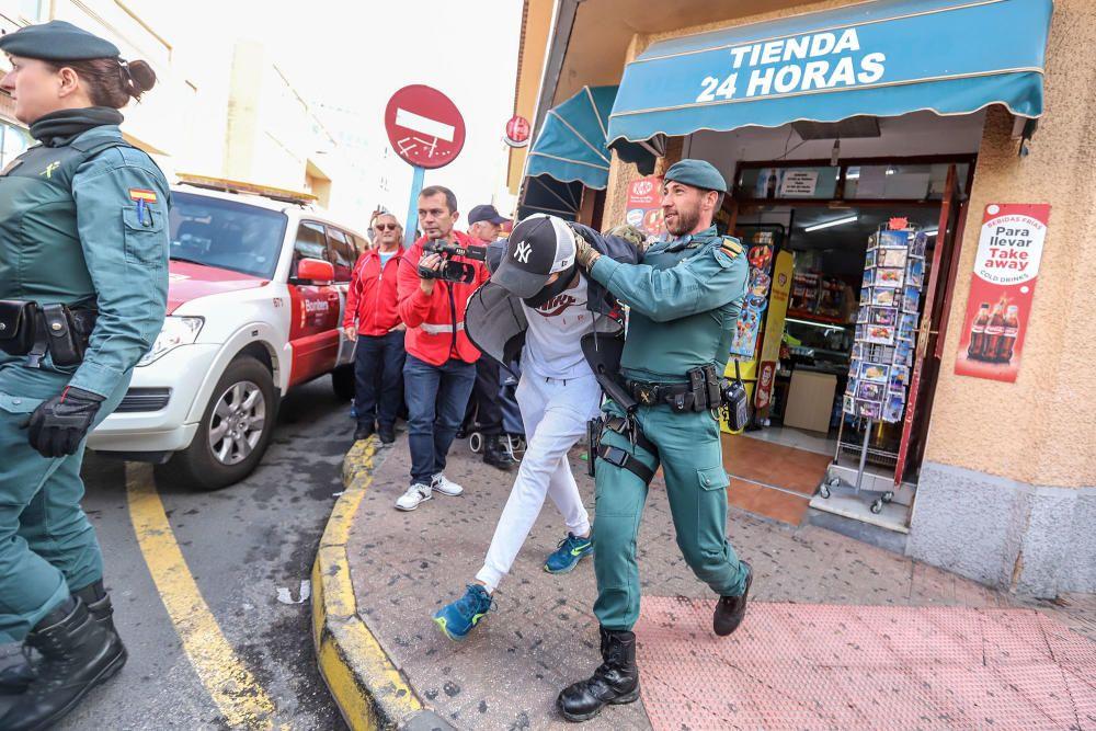 [SIN TITULO] La Generalitat realiza un gran despliegue de recursos, incluido un simulacro de una situación de pillajes en comercios tras un terremoto, helicóptero, bomberos o la intervención de la UME
