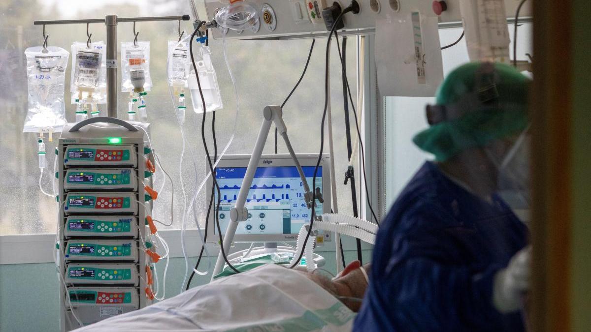 Una persona hospitalizada a causa de la Covid.