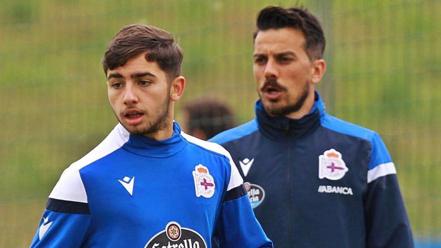 Yeremay Hernández, junto a Rubén de la Barrera, en un entrenamiento del primer equipo del Dépor.    // RCD