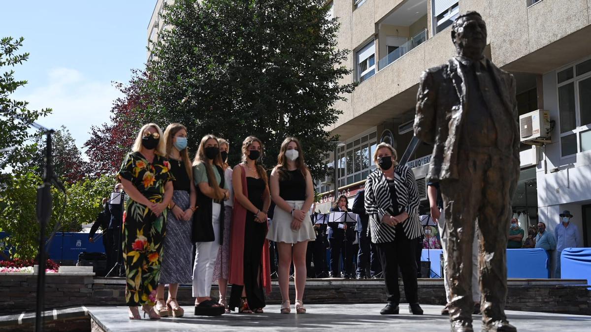 La viuda de Miguel Celdrán, sus hijas y nietos junto a su escultura, ayer.