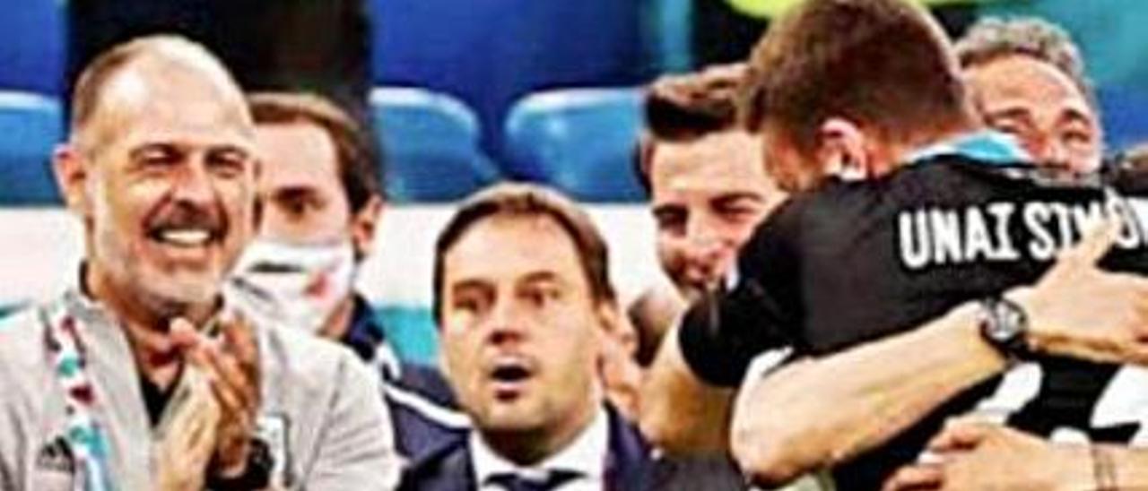 Juanjo, a la izquierda, observa el abrazo de Luis Enrique y Unai Simón en la Eurocopa.