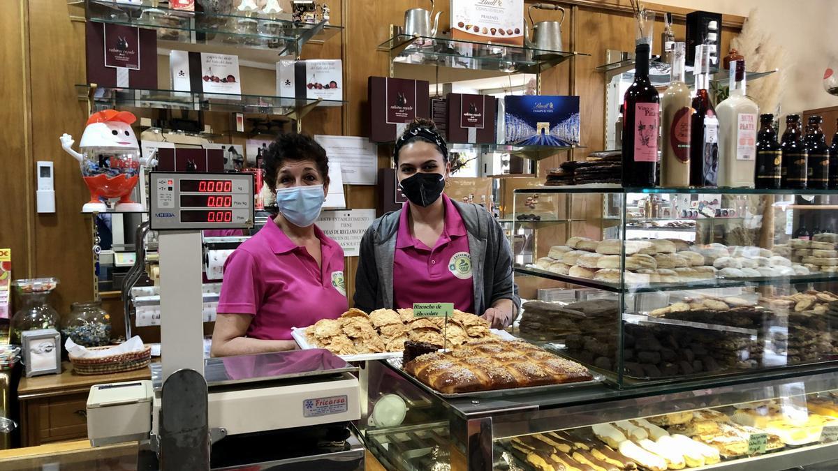 Faustina Nieto y Marta Bermejo, en la pastelería de Hervás.