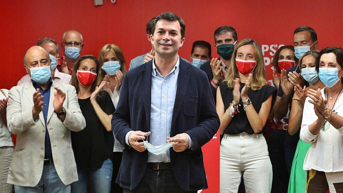 Gonzalo Caballero, ayer, en la sede del PSdeG, en Santiago, rodeado de la dirección de su partido.