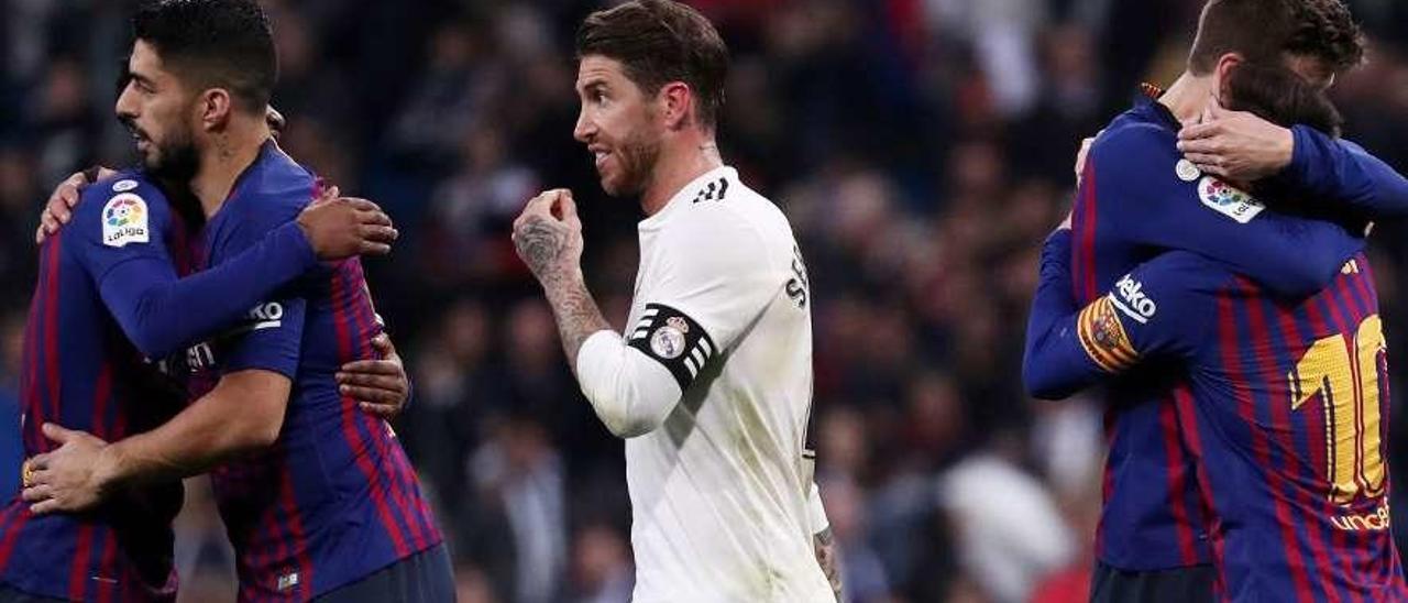 Sergio Ramos, entre Semedo, Luis Suárez, Piqué y Messi, tras el partido del sábado.