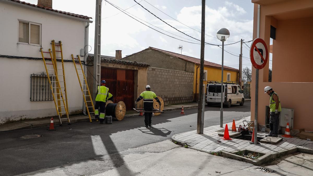 Instalación de fibra óptica en una localidad de la provincia