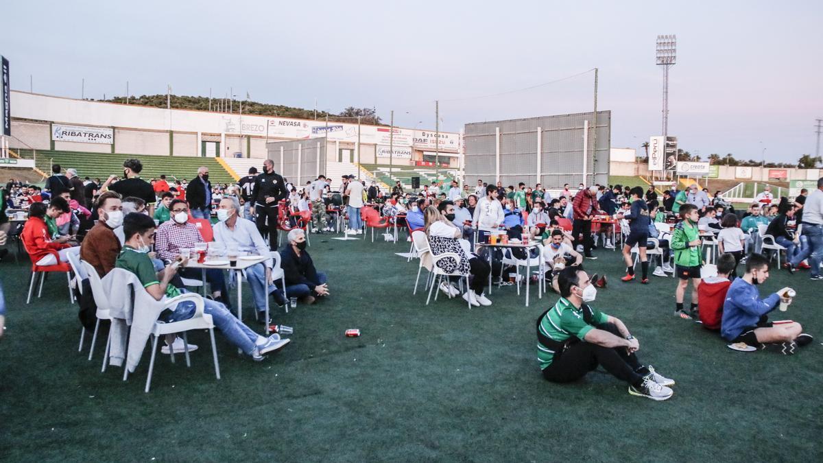 Aficionados del Cacereño, en la terraza del estadio.