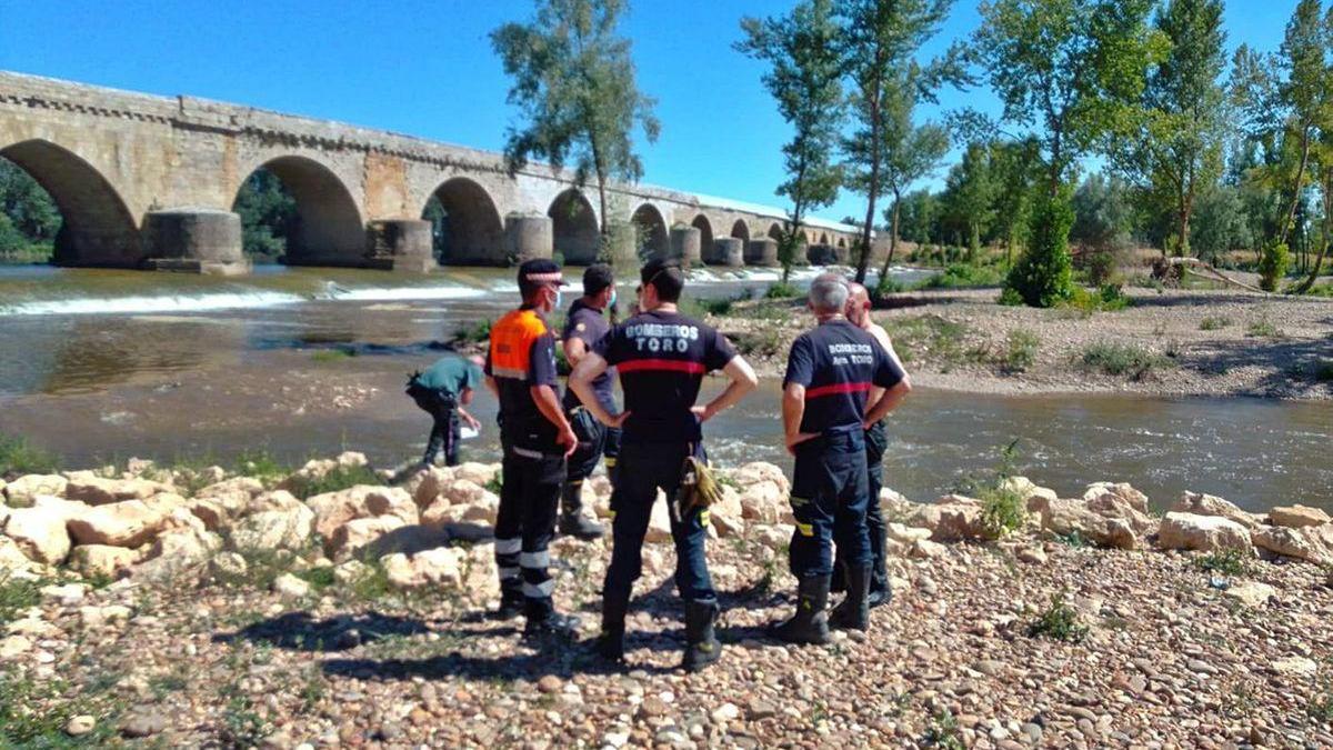 Efectivos de la Guardia Civil, Bomberos y Protección Civil en el lugar en el que fue rescatada la mujer.