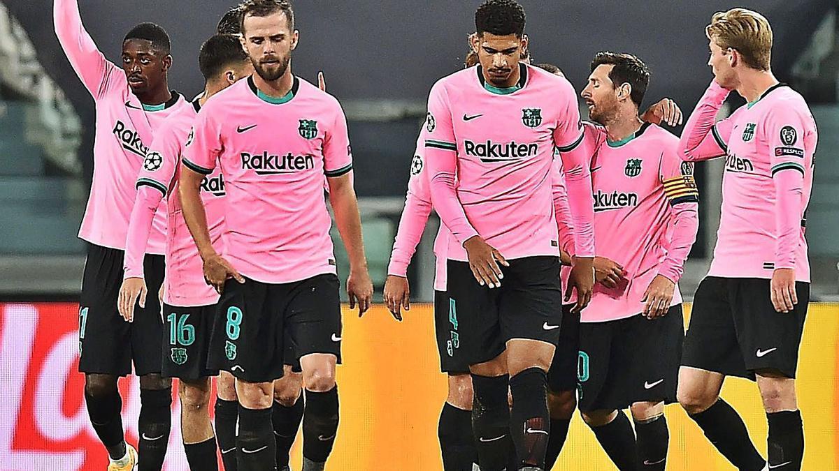 Los jugadores del Barcelona celebran el gol de Dembele. |  // REUTERS