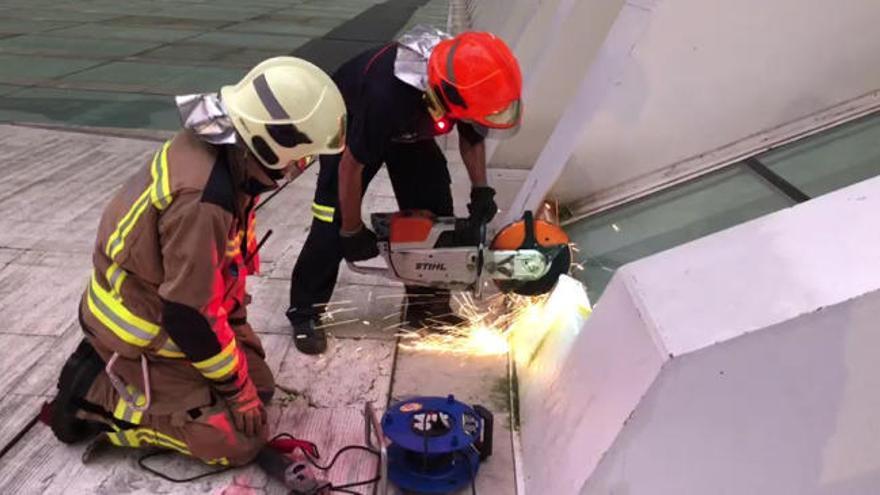 Cortan con una radial el Calatrava de Oviedo para rescatar un móvil