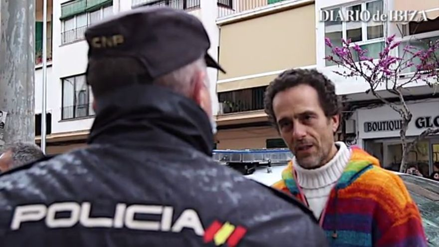 El médico negacionista de Formentera, a gritos contra las vacunas en la puerta del Consell de Ibiza