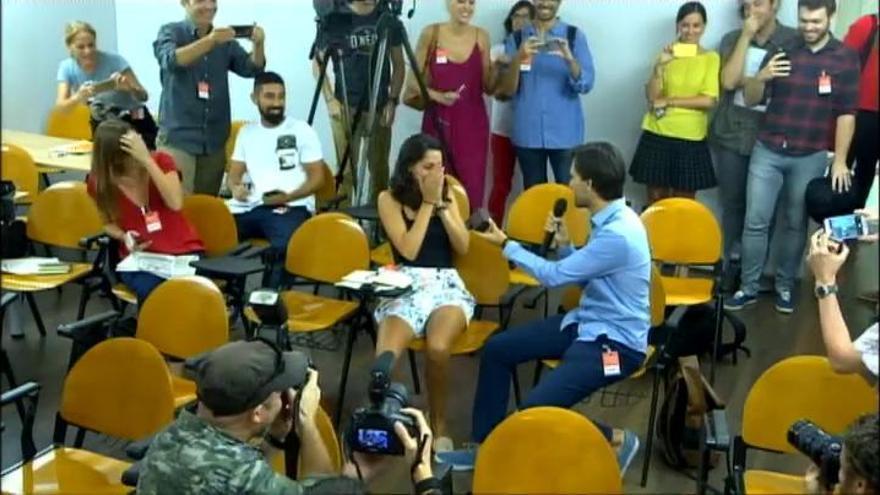 Petición de matrimonio en una rueda de prensa de Mónica Oltra