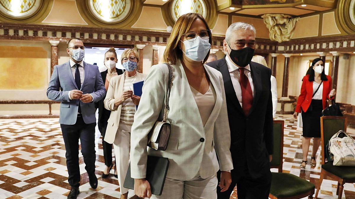 Isabel Franco, entrando ayer al hemiciclo para presentar los presupuestos de su Consejería, acompañada de Francisco Álvarez. | ÁGUEDA PÉREZ