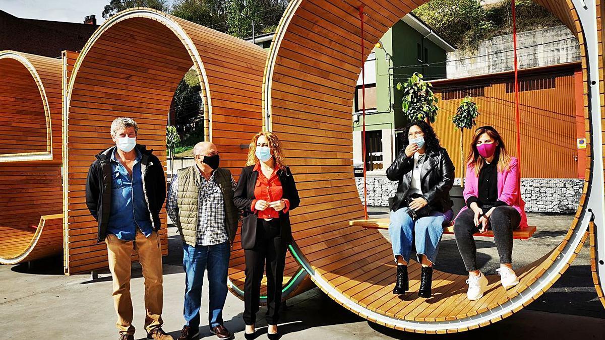 """La Alcaldesa, en el centro, junto a varios concejales, entre las """"letronas"""" de Lena."""