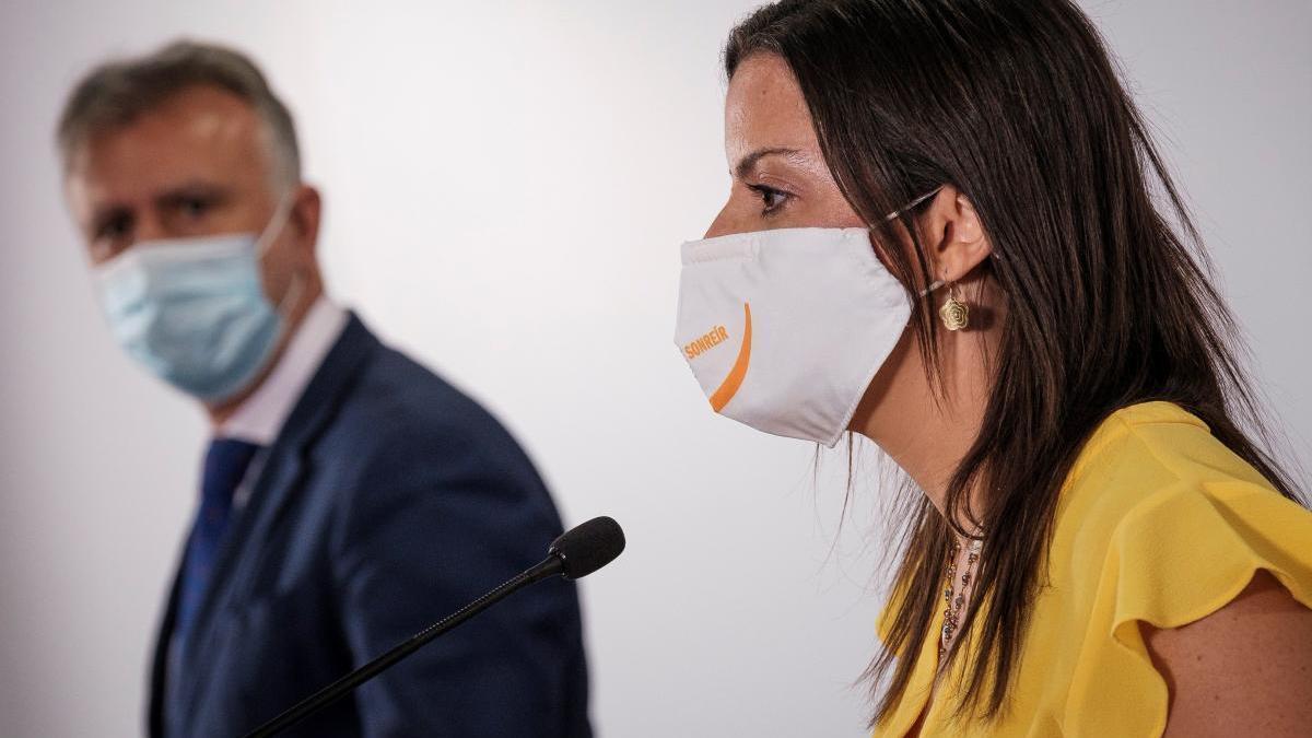 Der kanarische Ministerpräsident Ángel Víctor Torres und die dortige Tourismusministerin Yaiza Castilla bei einer Pressekonferenz am Mittwoch (30.9.).